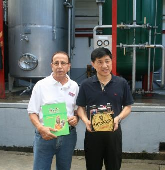 chinese_head_of_delegation_receives_gift_from_dca_brewery.jpg