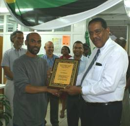 minister_savarin_presents_cecil_shillingford_with_award_dec_1_2008.jpg