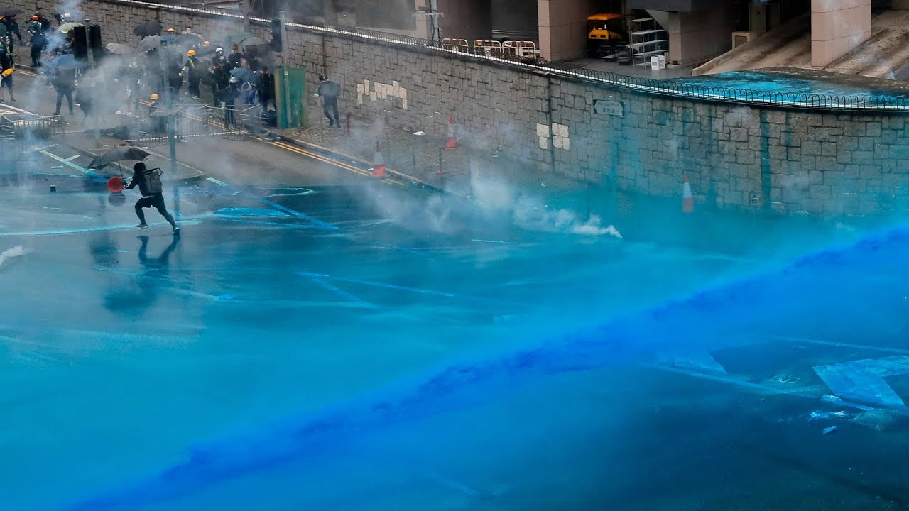 Hong Kong police spray protesters with blue-dye water cannons 4
