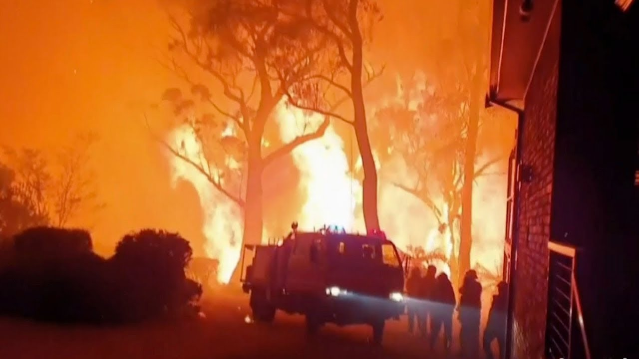 'Apocalyptic' fires in Australia trap residents on the beach 9