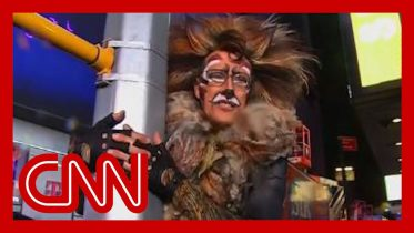 CNN anchor's NYE outfit cracks Anderson Cooper up 6