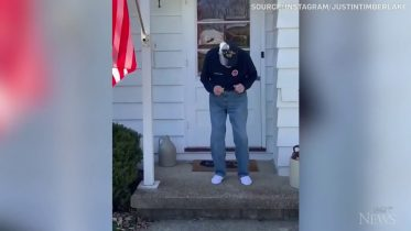 Second World War veteran dances on his porch 5