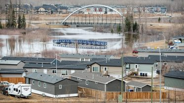 'Worst flood in a century': Thousands fleeing Fort McMurray 6