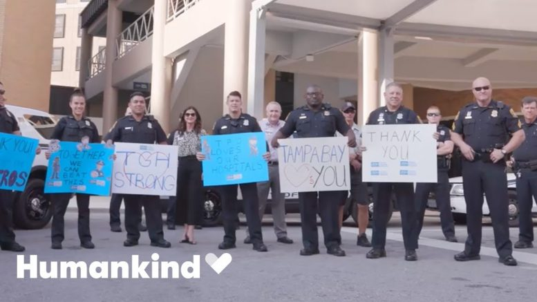 Police pack entrance to hospital to cheer on staff | Humankind 1
