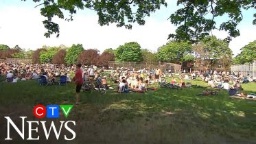 Thousands flock to Toronto park amid pandemic 4