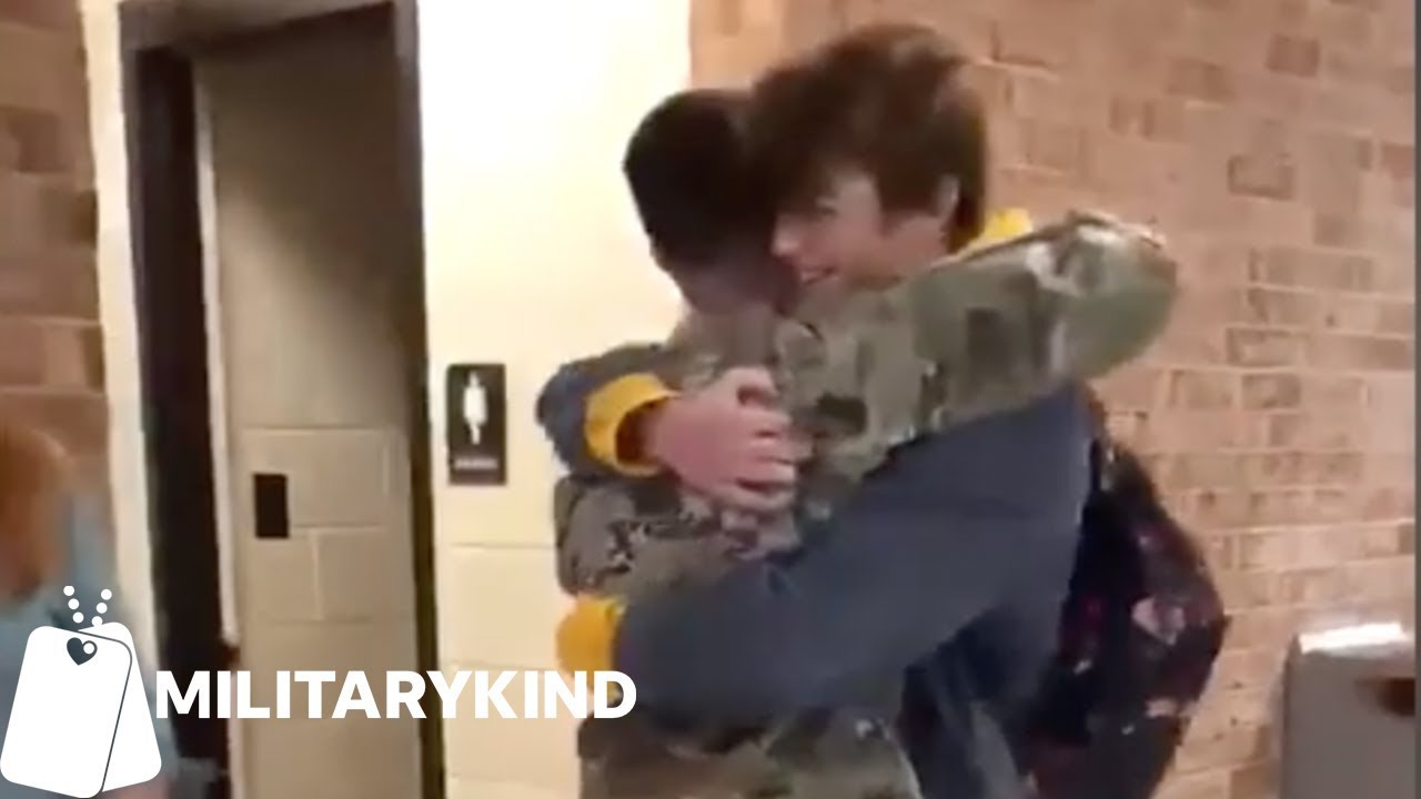 Soldier tricks mom and brother for surprise homecoming hugs | Militarykind 6