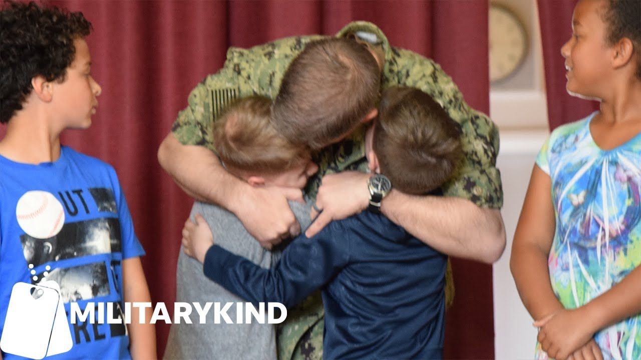 Sailor hidden backstage can't wait to surprise his sons | Militarykind 2