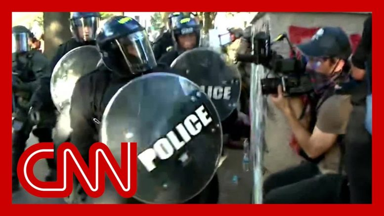 Video shows US police attack Australian journalists 1