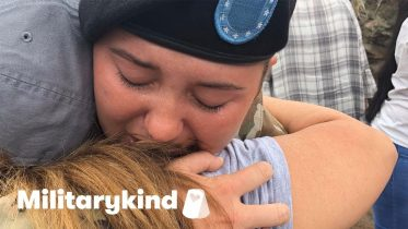 Soldier sobs in mom's arms at the airport | Militarykind 10