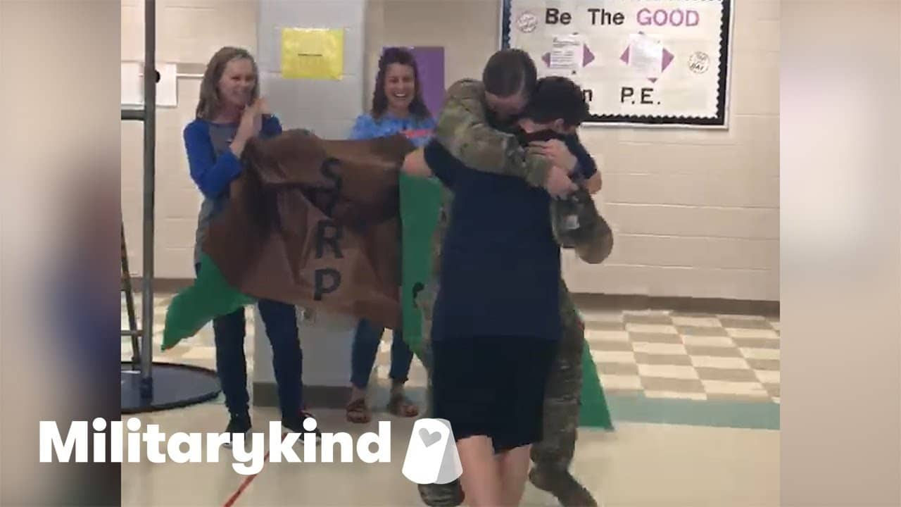 Cafeteria fills with applause when soldier walks in   Militarykind 9