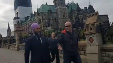 Man caught on video accosting NDP Leader Singh on Parliament 6