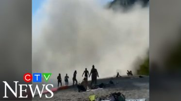 Massive section of cliff collapses at Scarborough Bluffs in Toronto, sending beach-goers running 6