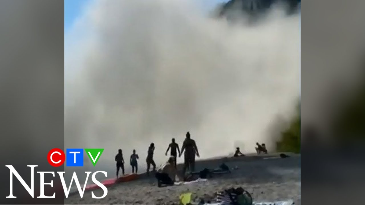 Massive section of cliff collapses at Scarborough Bluffs in Toronto, sending beach-goers running 9
