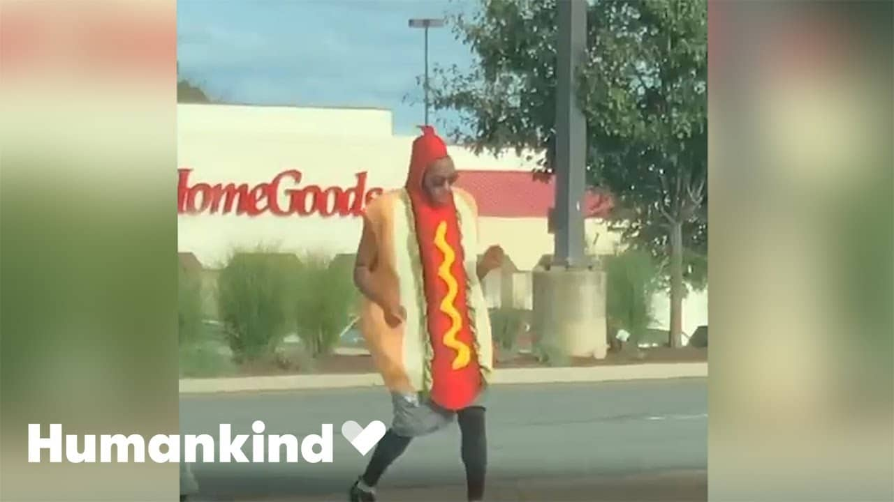 Man in hot dog costume is dancing his buns off | Humankind 3