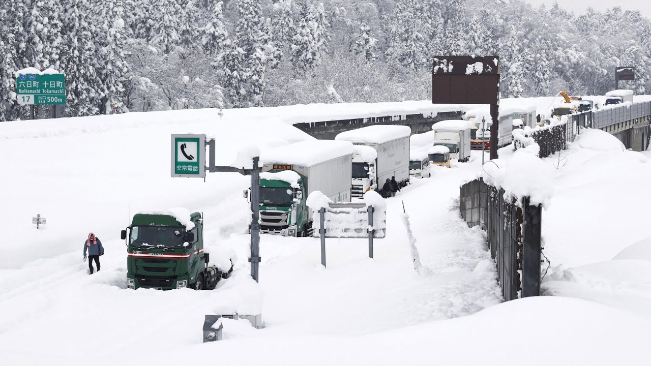 Snowstorm leaves thousands of vehicles stranded in Japan 6