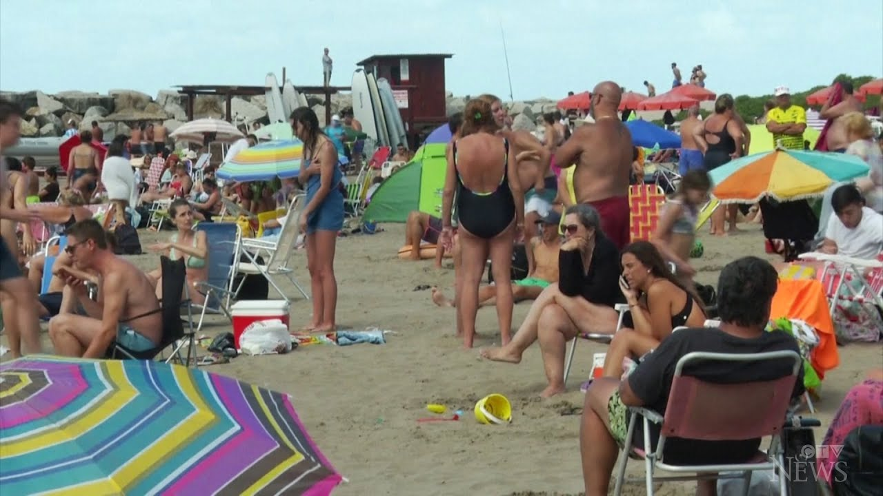 Crowded beaches in Argentina as cases rise during vacations 1