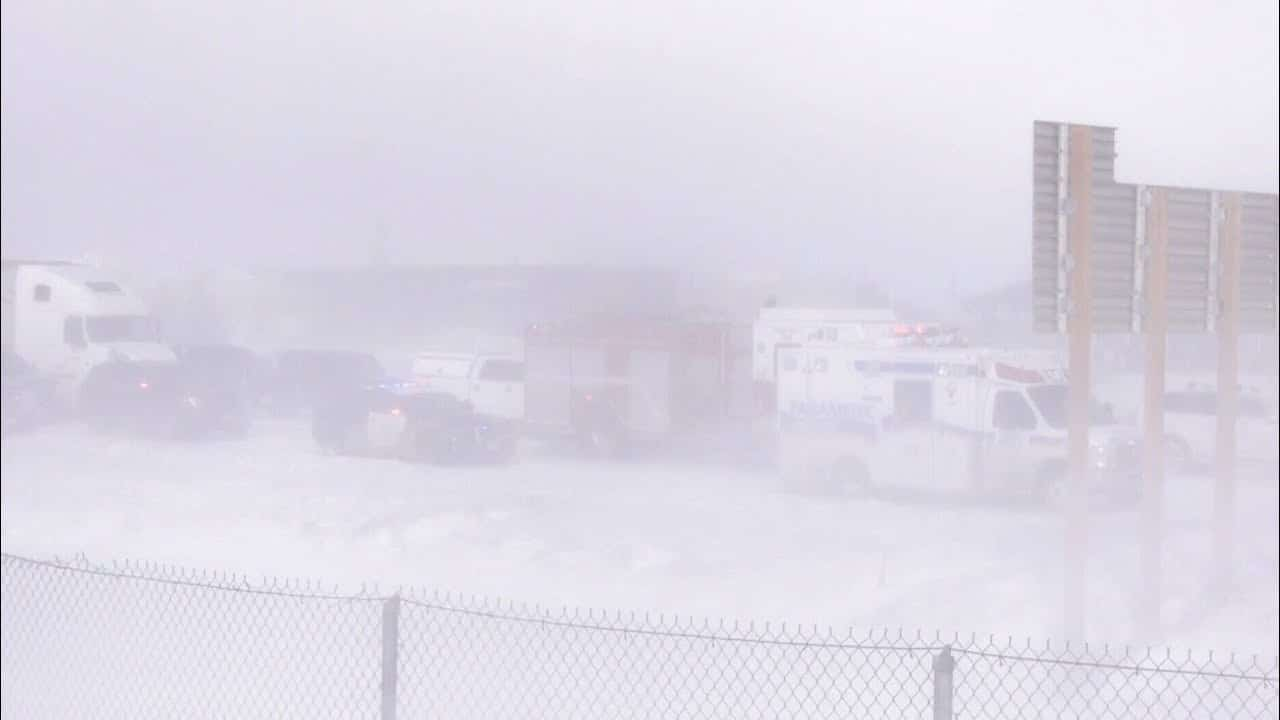 Whiteout conditions cause pileup on Highway 400 in Barrie, Ont. 1
