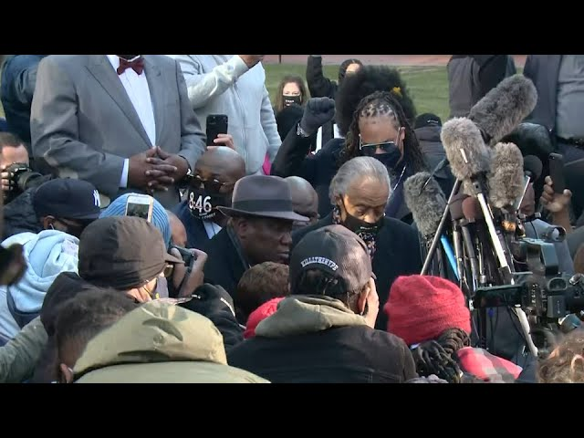 Floyd family, Rev. Sharpton kneel for 8 minutes, 46 seconds before start of trial 1