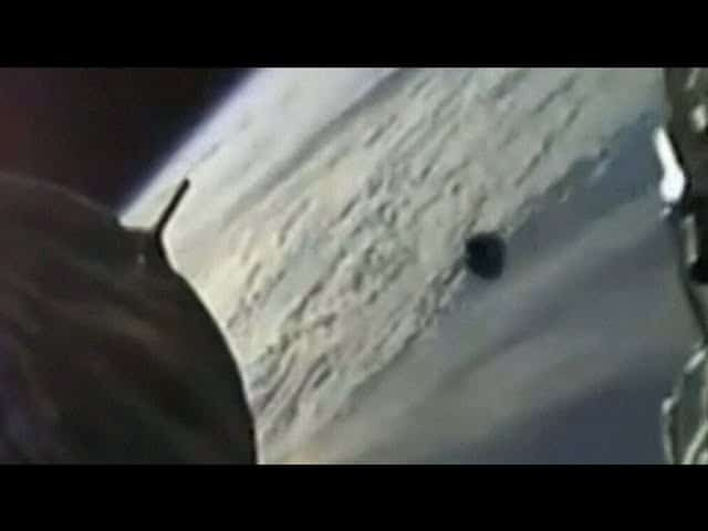 Camera catches mysterious object passing by SpaceX capsule 1