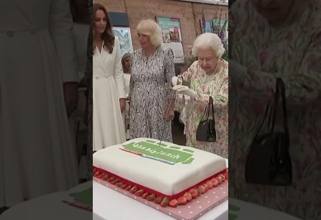"""Queen Elizabeth opted to use a ceremonial sword to cut a cake as it was """"more unusual"""" than a knife. 1"""