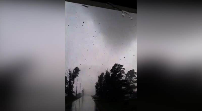 Trucker caught in the middle of powerful tornado in Barrie, Ont. #shorts 1