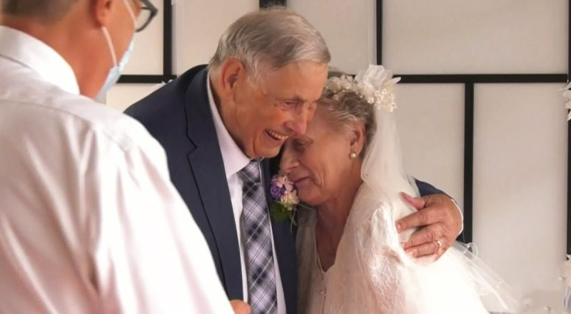 Seniors who met in isolation at B.C. care home tie the knot 2
